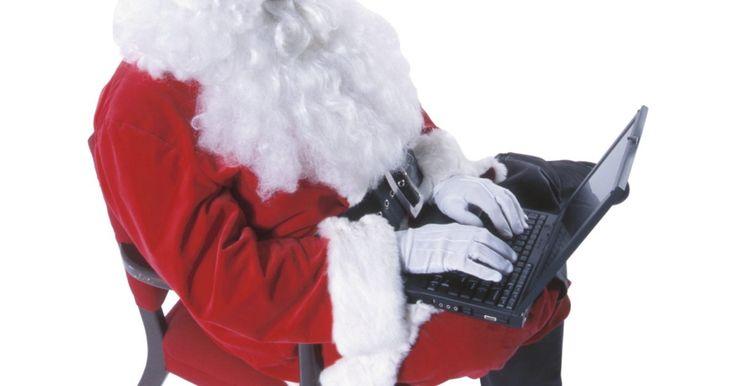 Cómo hacer tu propia peluca de Santa Claus. Santa Claus es famoso por barba y cabello esponjosos. En casi cualquier dibujo animado o película de Navidad, puedes encontrar a un alegre Santa Claus luciendo una generosa cabeza llena de cabello y barba blancos. Si lo que buscas es fabricar tu propia peluca de santa, todo lo que necesitas son unas sencillas herramientas de la tienda de material ...