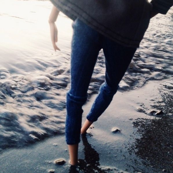 """Em uma foto com os pés na areia que tem mais de 15 mil 'curtidas', a boneca usou a legenda: """"Me pergunto se existe Instagram no céu. Desse modo a gente conseguirá se manter conectado por toda a eternidade"""""""