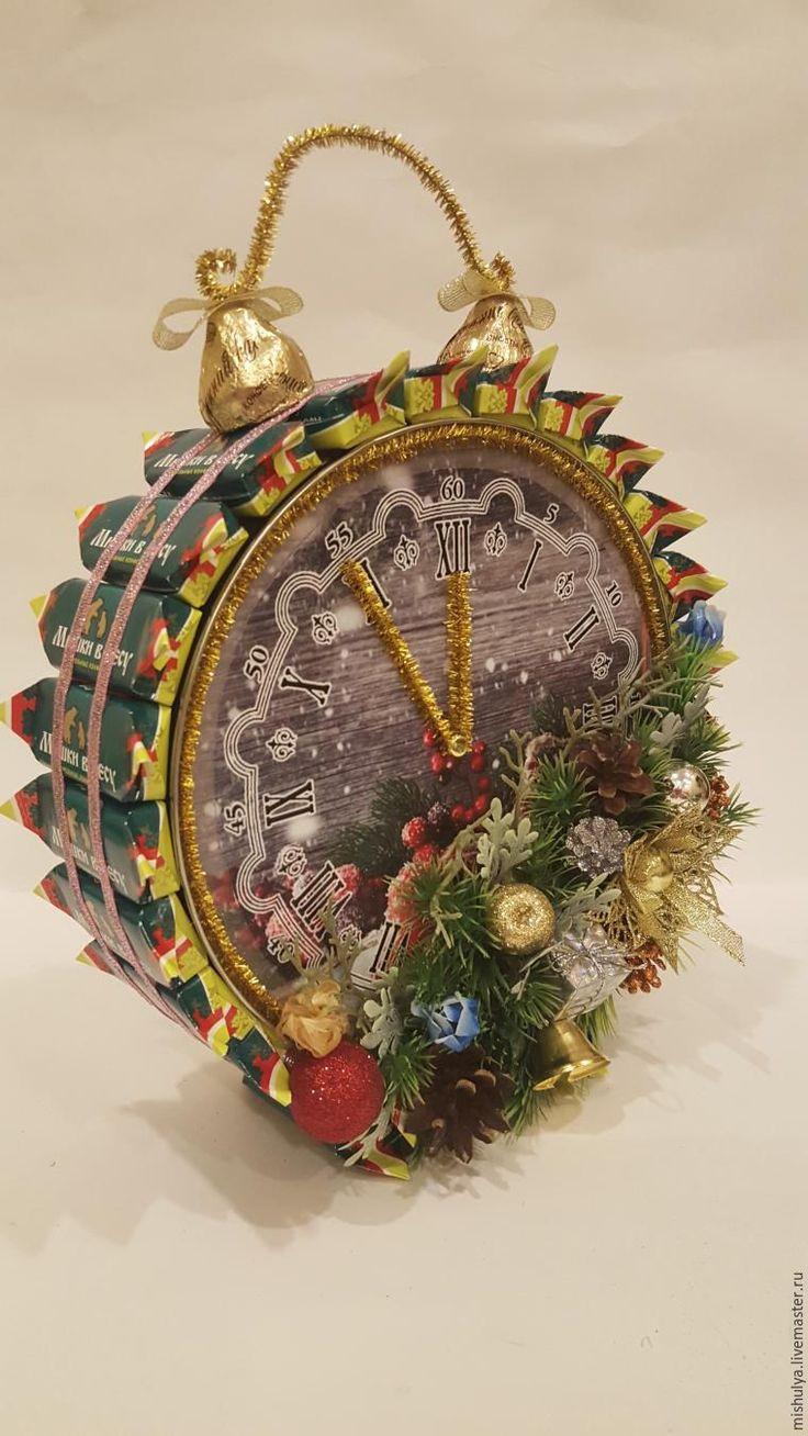 Не могу ждать год, чтобы «в тему» выложить этот материал. Можно, взяв за основу данный мастер-класс, в будильнике обыграть и не новогоднюю тему — сделать его в любом подходящем вам стиле. Итак, начнем! Нам понадобится: - жестяная банка печенья (круглая); - конфеты, подходящие по форме и цвету (у меня «Мишка в лесу»); - конфеты в виде куполов 2 шт.; - распечатанный на фотобумаге циферблат; -…