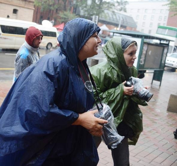 Alet Pretorius and Theana Breugem yesterday in the rain at the Oscar Pistorius case.  Follow the case on www.beeld.com