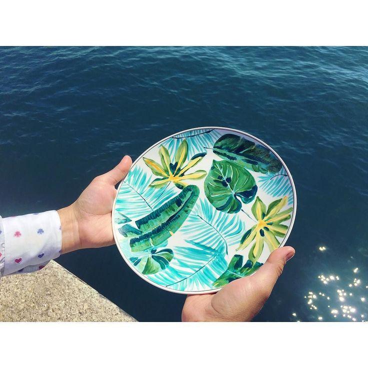 Éste y más platos pintados a mano los podrás encontrar a un paso del paseo marítimo de Santander en Ataúlfo Argenta 38 en la #plazapombo #semanasantander #santander #santandergram #shoppingsantander #hechoamano