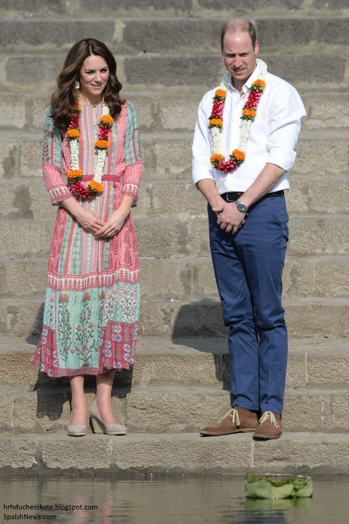 hrhduchesskate:  Royal Tour 2016-Banganga Water Tank, Mumbai, India, April 10, 2016-The Duke and Duchess of Cambridge visited the ancient water tank of Banganga in the Malabar Hill area of Mumbai