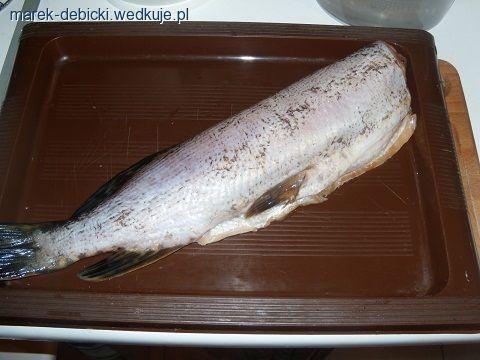 SZCZUPAK FASZEROWANY CEBULĄSkładniki:szczupak około 1,5 kg;3 cebule; 3 jajka;sól, pieprz, przyprawa do ryb;4-5 ziemników średniej wielkości;1 pęczek ś