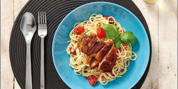 Krokante kip met knoflook spaghetti, cherrytomaatjes, basilicum en platte peterselie.