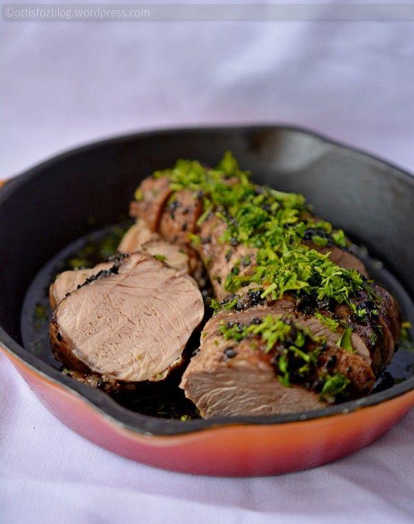 Egyik legegyszerűbb módja a szűzpecsenye készítésének, ha egyben sütjük meg. A különlegessége a fűszerezésében rejlik. Szűzpecsenye édes fűszeres mázzal és fekete szezámmaggal Hozzávalók: két kis vagy egy közepes méretű bélszín/szűzpecsenye, 2 evőkanál olívaolajat/kókuszolaj, só, fekete bors, 1 teáskanál fahéj, 1 teáskanál kömény, 1 teáskanál chili por, 1 evőkanál barna cukor, pár csepp tabasco szósz, 1…