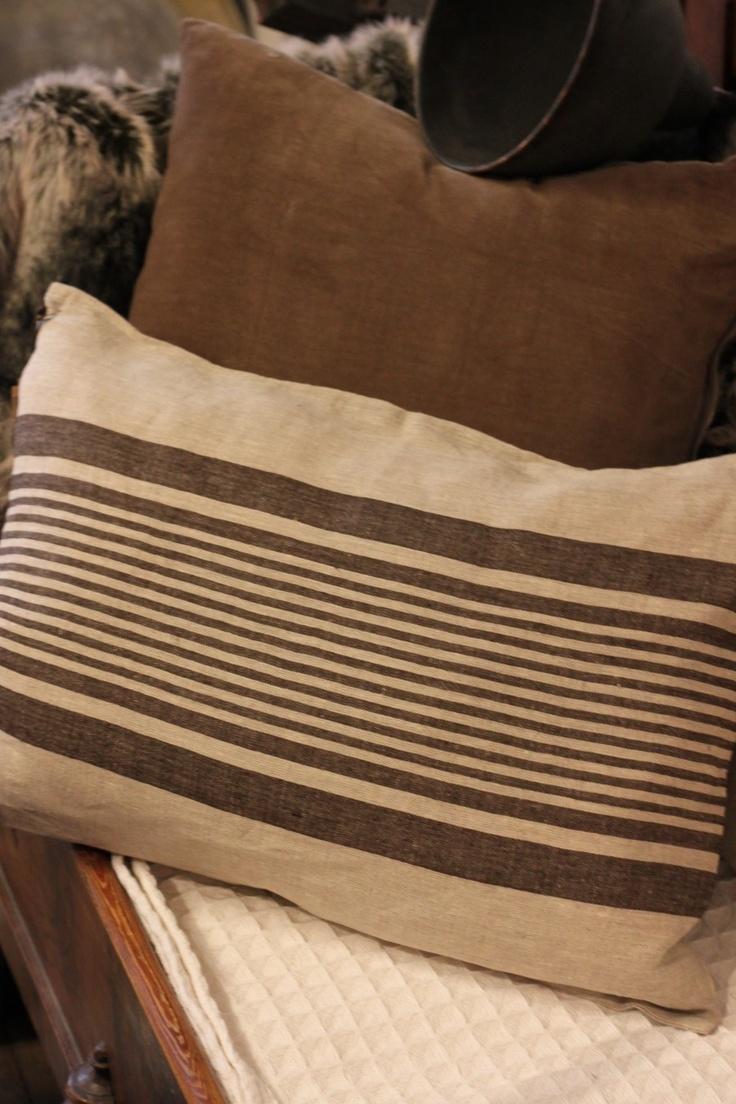 Pillow in 100% linen by PelleVävare.