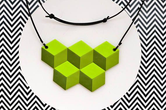 Guarda questo articolo nel mio negozio Etsy https://www.etsy.com/it/listing/513176116/collana-geometrica-verde-illusione