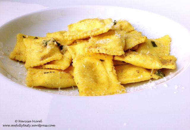 Ravioli with sage and garlic. Ravioli cu salvie si usturoi.