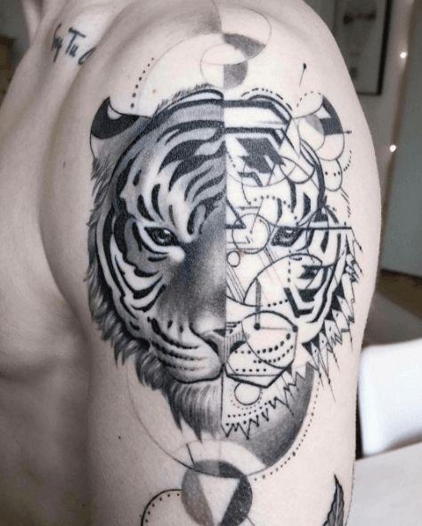 Tatouage bras tigre graphique