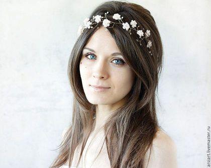 Купить или заказать Венок невесты. Белая диадема. Цветочное украшение. Белые цветы в интернет-магазине на Ярмарке Мастеров. Венок невесты. Белая диадема. Цветочное украшение. Белые цветы. Цветочный венок. Украшение невесты. Подружка невесты По вашему желанию, веночек может быть выполнен в любой цветовой гамме. Образцы цветов Вы можете увидеть на последнем фото. Так же Вы можете выбрать цвет проволоки: золото, серебро. С обоих концов веночка находятся кольца из проволоки и Вы можете…
