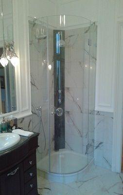 Egyedi méretre gyártott íves zuhanykabin fényes króm vasalataival, akril vízzáró profilokkal #uveg #üveg #zuhanykabin #zuhanyajto #zuhanyajtó #sabalux #sábalux