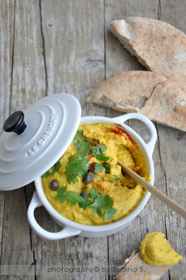 Hummus con capperi e coriandolo