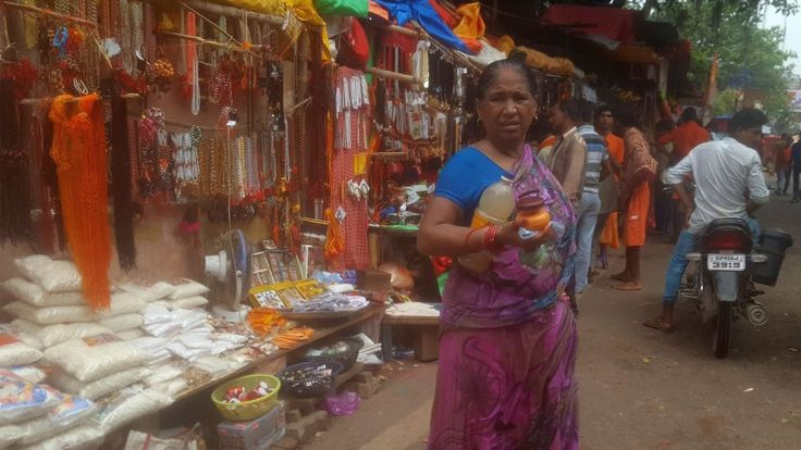 Seit Hunderten von Jahren pilgern Gläubige in diese Stadt, wenn sie krank und schwach sind. Ihr Ziel: In Varanasi sterben. Denn dort im Ganges zu baden,