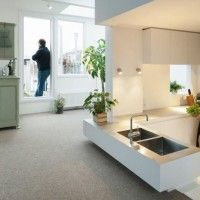 Una cocina hundida protagonista de un apartamento en Amsterdam que juega con las alturas