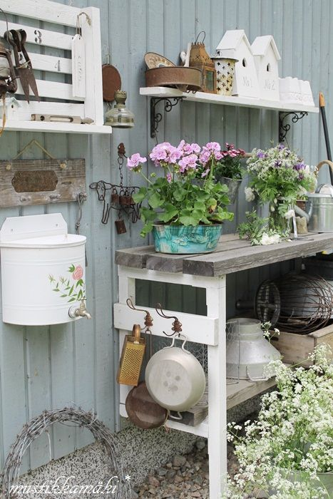 Loving this gorgeous vintage styling on the potting bench