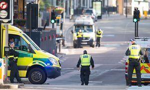 Incident à London BridgePolice sur Southwark Bridge Road, à Londres, près de la scène des incidents terroristes de la nuit dernière à London Bridge et Borough Market.  ASSOCIATION DE PRESSE Photo.  Date de l'image: dimanche 4 juin 2017. Voir l'histoire de la PA POLICE Bridge.  Le crédit photo devrait se lire: Dominic Lipinski / PA Wire