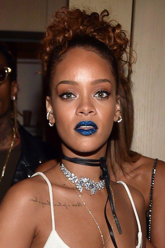 """ClioMakeUp-rossetto-blu-come-indossarlo-come sfoggiare le labbra da """"mangia-puffi"""" :-)-Sono tante le occasioni in cui Riri ha sfoggiato labbra blu, sia metal che matte. E anche lei sa come portarlo: look o casual-sportivo o iperfemminile ma basic. Sugli occhi, solo eye-liner e ciglia finte!"""