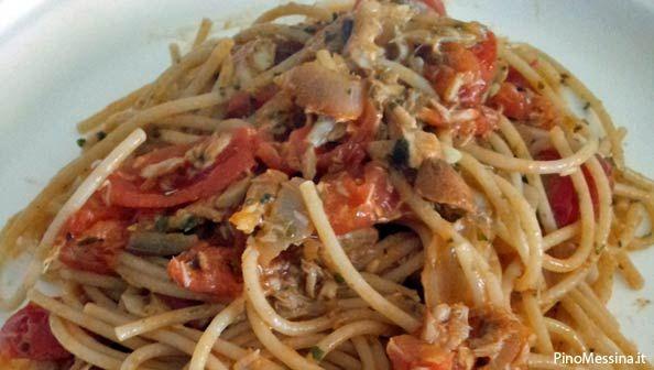 Spaghetti sgombro, pomodorini e mandole tostate