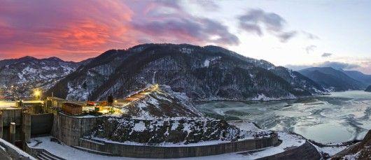 Barajul Siriu  Cu o mare reprezentativitate pentru localitatea Siriul, Barajul de la  Siriul este un baraj artificial din pricina caruia ruta DN 10 a suferit transformari, luand astfel conturul Lacului Siriu si de aici luand nastere mai multe viaducte. Despre Barajul Siriu Barajul Siriu se deschide in fata vizitatorilor drept o intindere de apa fara margini; Lacul Siriu este unul de acumulare, lac artificial si este amplasat pe cursul superior al Buzaului.