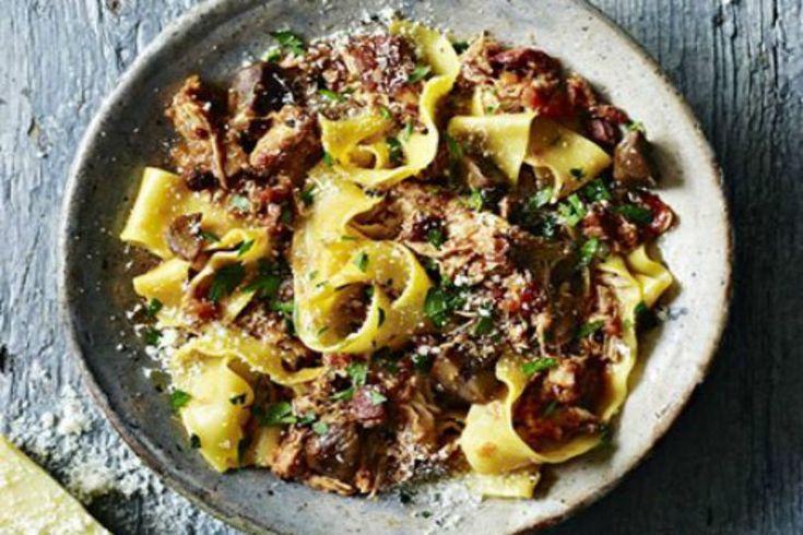 Pasta al ragù di coniglio, primo piatto saporito da servire per un pranzo o una cena in famiglia. Ottimo per chi ama la pasta fatta in casa.