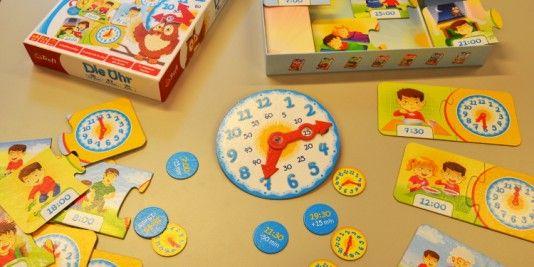 Wie funktioniert die Uhr? Wann muss ich schlafen gehen? Lernen kann so einfach sein, mit schönen #Lerspielen für die #Vorschule. Schaut vorbei auf #Spielzeugde