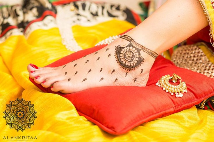Oh! This is a new Mehendi trend which we're majorly crushing on! If you've been looking for something pretty but minimal, then it's perfect for you! Photo Courtesy: Alankritaa So what is the trend? Like you can see, this mehendi is all about one statement design with the rest of