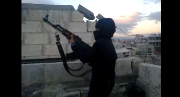Perturbador video de menor con AK-47 reclutado por el ISIS