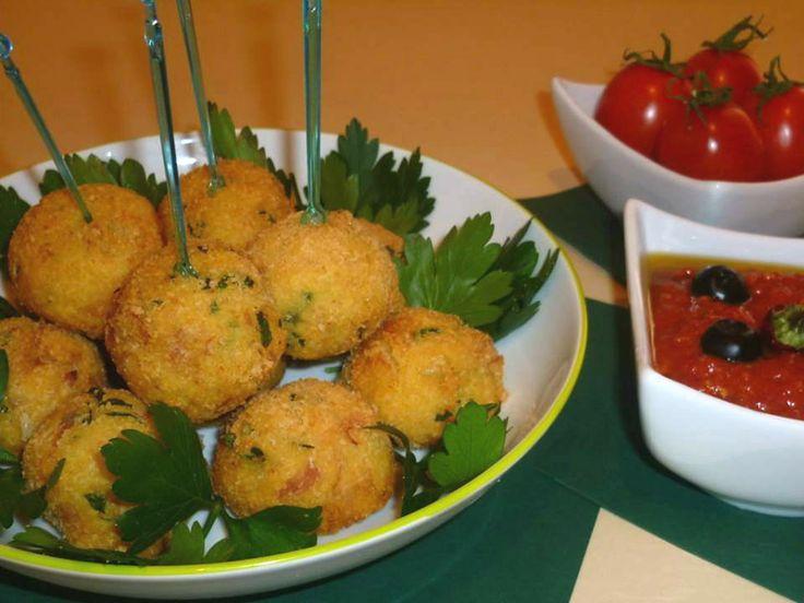 polpette di pane., ricetta riciclo, con pane raffermo, con salumi e con formaggi, accompagnate da salsa di pomodoro piccante con olive