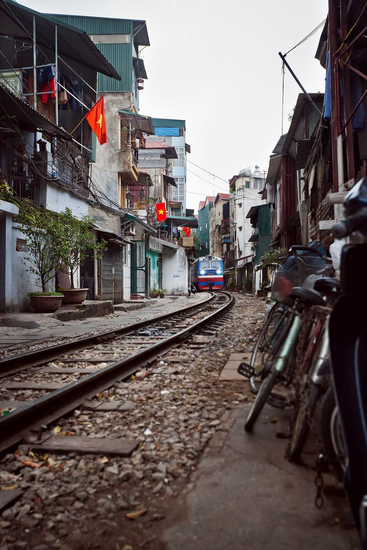 Le train passe dans les rues de Hanoi le Vietnam vu par Madame Oreille