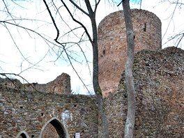 Zříceniny hradu Valdek jsou rozsáhlé a dobře udržované.