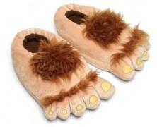Plush Halfling Slippers, le pantofole degli Hobbit. Se desiderate avere le Plush Halfling Slippers, le pantofole a forma di piedi di Frodo e degli Hobbit, potete acquistarle qui. Via nerdreactor.com