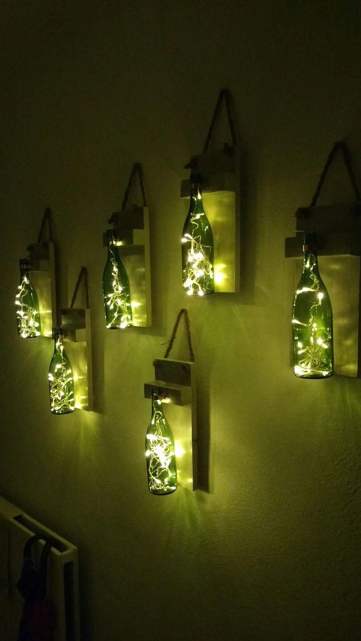lege wijnflessen, batterij lampjes, een plankje en touw, en je hebt leuke verlichting in de gang.