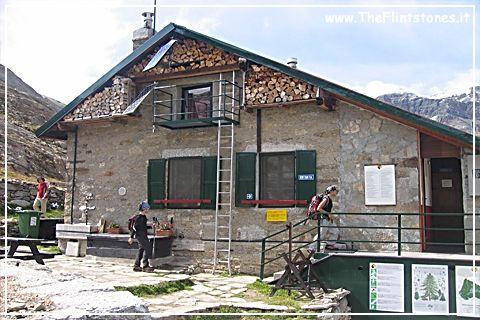 """Rifugio città di Chivasso - Valsavarenche (Valle d'Aosta) - Alpi Graie - 2.604 m s.l.m.- E' nei pressi del Colle del Nivolet, (separa la Valle dell'Orco in Piemonte dalla Valsavarenche in Valle d'Aosta) all'interno del Parco nazionale del Gran Paradiso.- In auto, solo nei periodi estivi, da Ceresole Reale - A piedi dalla frazione Pont in Valsavarenche  in 2,30-3,00 ore o da Ceresole Reale seguendo il sentiero """"Renato Chabod"""""""