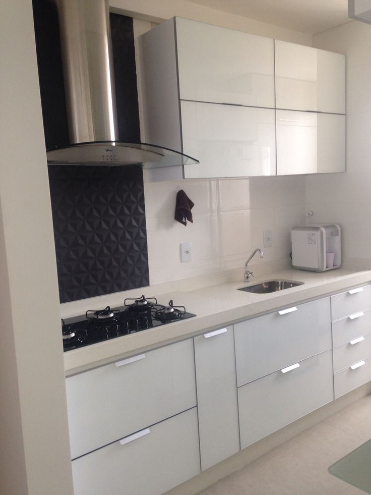 Cozinha pequena, apto 60m, vidro branco, revestimento da coifa preto em 3D, porcelanato acetinado cimento.