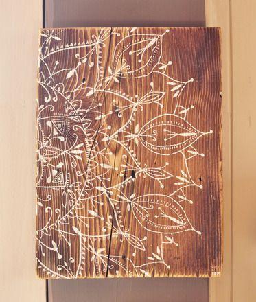 Peinture sur vieux bois - Mandala Réalisé au feutres blancs sur du vieux bois. Grosse corde fixée au dos pour suspendre.  white Marker on old wood - Mandala   dimensions:  - 13617097