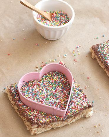 Verdienen je kids of je lief een feestontbijt op bed? Deze hartjesboterhammen zijn zo gemaakt. Kijk snel op Flairathome.nl voor het recept.