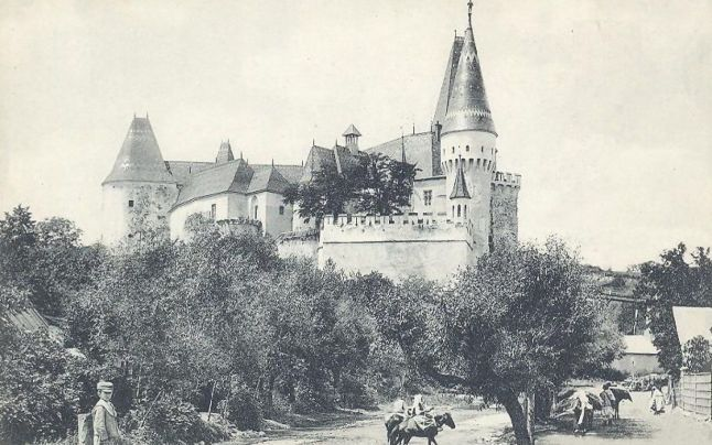 """Castelul Corvinilor a intrat la sfârşitul secolului al XIX-lea într-unul dintre cele mai ample proiecte de restaurare din istoria sa de peste şase secole, însă modul cum s-a transformat cetatea medievală a Hunedoarei a strânit controverse. Castelul arăta ca şi cum """"ai îmbrăca într-o rochie de bal scheletul unei împărătese moarte demult"""", afirma istoricul Nicolae Iorga."""