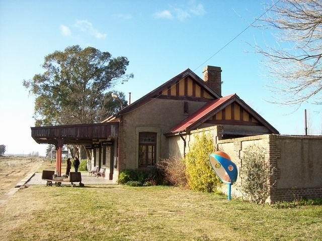 Vista lateral de la hermosa estación, que conserva sus colores originales hoy Museo (agreganda la cabina telefonica)