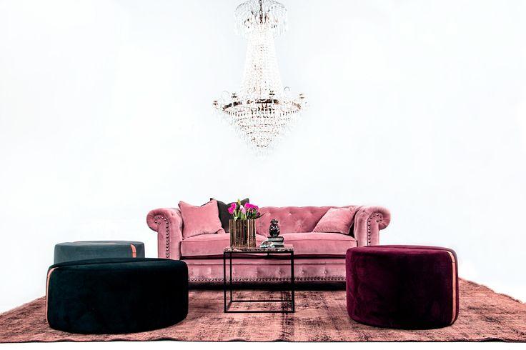 Buffeln sammetssoffa, rosa, nitar, chesterfield, sammet, soffa, sammetskuddar, möbler, vardagsrum, inredning, pallar, fotpallar, puffar, sittpuffar