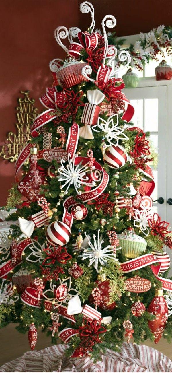 toll dekorierter Weihnachtsbaum mit roten Elementen