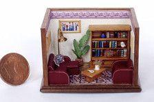 Micro roombox di un living moderno, con libreria e tavolino in legno e divano e poltrona in pelle. Questa roombox è completamente realizzata a mano sia nella struttura che nei numerosi accessori: libri, piante, quadri, lampada ecc. Scala 1/144, Cm.4,5 X 3,5 X3,5 .OOAK
