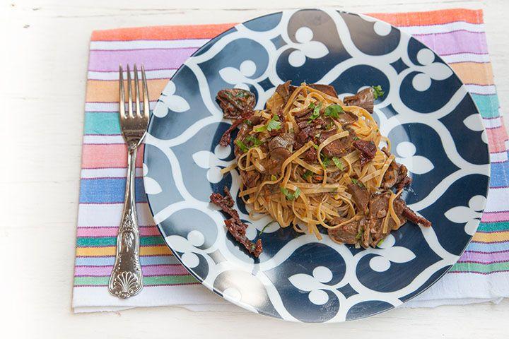 Ricetta Linguine al pomodoro con funghi secchi, pomodori secchi a filetti e chili pesto