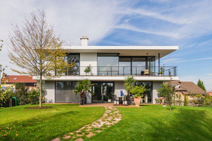 Auf einem ca. 1.000 qm großen Grundstück im südhessischen Lorsch haben unsere Experten von der Helwig Haus und Raum Planungs GmbH in exponierter leichter Südhanglage ein modernes Einfamilienhaus entworfen. Der Bauherr wünschte einen Ausblick auf die...
