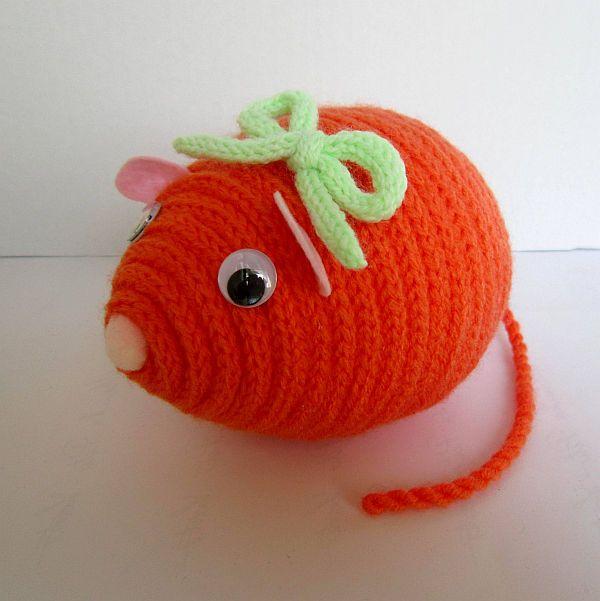 Myška Janička Dekorační barevná myška Janička je zhotovena z polystyrenového vajíčka, akrylové příze a plsti. Myška je vhodná k dekoraci nebo jako hračka pro děti. Rozměry: délka 14 cm, výška 10 cm, délka ocásku:17 cm celá myší školka