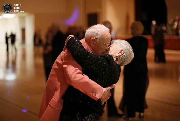В штате Аризона существует небольшой городок, где большую часть населения составляют люди за 55 лет. Сан-Сити был построен бизнесменом Делом Уэббом (Del Webb) в 1960 году, и на сегодняшний день сообщество пенсионеров здесь насчитывает уже более 40 000 человек. Их услугам предоставлены сотни различных заведений — спортивные залы, бассейны, танцевальные кружки, компьютерные классы, боулинг и многое другое. Несмотря на свой преклонный возраст, американские бабушки и дедушки живут здесь…