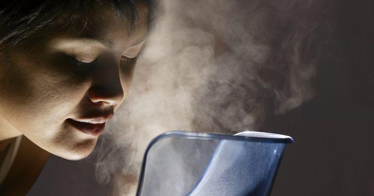 Como utilizar vaporizadores com bebês. Os vaporizadores podem auxiliar os bebês a respirarem melhor. Eles transformam água em vapor, tendo o poder de matar as bactérias no ar. Eles também são particularmente úteis como um tratamento natural para o bebê com tosse, congestão ou corrimento nasal. Uma vez que os vaporizadores produzem calor, podem ser úteis também como uma fonte adicional ...