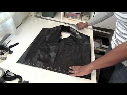Ela cola fita isolante em uma camiseta para fazer algo incrível que nós mulheres adoramos! QUERO VÁRIAS! |