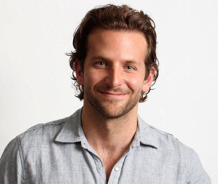 """Bradley Cooper sur Instagram: """"Premier sourire de 2019! #BradleyCooper"""" – B …   – Cheveux Crépus"""