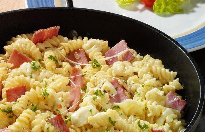Schinken-Nudeln - Einfache Nudelgerichte mit wenig Zutaten - Zutaten für 4 Personen: 400 g Spiralnudeln 1 Zwiebel 250 g Schinken (2-3 dickere Scheiben) 250 g Mozzarella (oder ein anderer milder Käse) 1 EL Butter 125 ml Gemüsebrühe...
