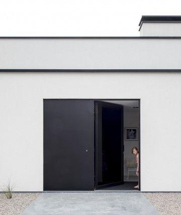 Minimalistische vrijstaande villa door ABSBouwteam   http://www.absbouwteam.be/een-selectie-realisaties/gezellig-gezinsleven   Beeld 1 #lookimhome #absbouwteam #absoluutarchitectuur #modernarchitecture